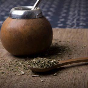 ¿Por qué es mejor tomar mate con yerba orgánica?